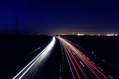 Łukowaci autostrad światła przy nocą obraz stock