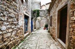 Łukowata średniowieczna ulica w starej wiosce w Istria, Chorwacja Zdjęcia Stock