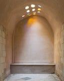 Łukowata kamienna ściana zaświecająca barwiona kurenda kształtować dach dziurami zdjęcia stock