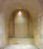 Łukowata kamienna ściana zaświecająca barwiona kurenda kształtować dach dziurami obrazy stock
