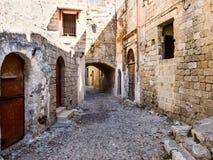 Łukowata wąska ulica Rhodes Zdjęcie Stock