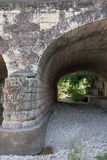 Łukowaty kamienia most nad suchą zatoczką Fotografia Stock