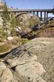 łukowaty mostu rocky przedpole tło Fotografia Royalty Free