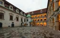 Łukowaty wewnętrzny podwórze Landhaus z brązową fontanną przy zmierzchem austria Graz zdjęcie stock