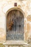 Łuku kształtny stary drewniany drzwi zdjęcie royalty free