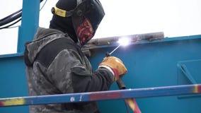 Łuku spaw stal w budowie klamerka Mężczyzna w masce spawa na budowie zdjęcie wideo