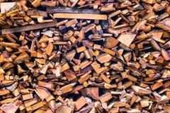 Łupek drewnianych bel duży siekający bagażnik brogujący stos suchy dla graby Zdjęcia Royalty Free