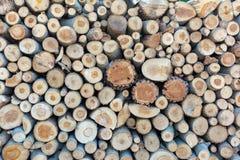 Łupka stos brogujący siekał drewnianych bagażniki w górę drewnianego tła, zdjęcia stock