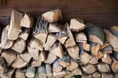 Łupki kłamstwo blisko drewnianej ściany Zdjęcie Stock