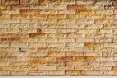 Łupkowego marmuru twarzy mozaiki Rozszczepiony wzór i tło kamienna ściana z cegieł zdjęcia stock