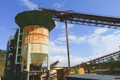 Łupu agregat z konwejeru paskiem Przemysł Budowlany linii brzegowej zielonej horyzontalnej wizerunku fotografii Sardinia denna ni Obrazy Stock