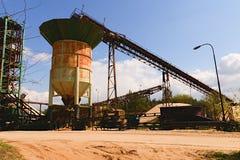 Łupu agregat z trwałą maszynerią Przemysł Budowlany linii brzegowej zielonej horyzontalnej wizerunku fotografii Sardinia denna ni Obraz Stock
