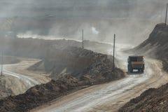 Łupu dumptruck pracuje w kopalni węgla Fotografia Stock