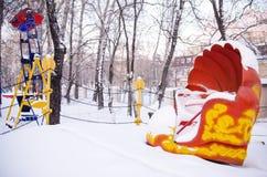 Łuska carousel pod śniegiem w zamkniętym parku rozrywki zdjęcie stock