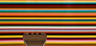 Łyżka przeciw wysoce barwionemu tłu z tłem, zdjęcia stock