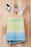 Łyżka, rozwidlenie, nóż z tablecloth Fotografia Stock