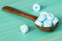 Łyżka z małymi błękitnymi cukierkami Obraz Royalty Free