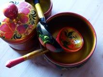Łyżki i tableware zbliżenie Khokhloma - antyczny Rosyjski ludowy rzemiosła XVII wiek Tradycyjni elementy Khokhloma Zdjęcia Royalty Free