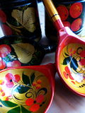 Łyżki i tableware zbliżenie Khokhloma - antyczny Rosyjski ludowy rzemiosła XVII wiek Tradycyjni elementy Khokhloma Fotografia Stock