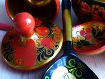 Łyżki i tableware zbliżenie Khokhloma - antyczny Rosyjski ludowy rzemiosła XVII wiek Tradycyjni elementy Khokhloma Zdjęcie Stock