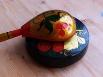 Łyżki i tableware zbliżenie Khokhloma - antyczny Rosyjski ludowy rzemiosła XVII wiek Tradycyjni elementy Khokhloma Obrazy Royalty Free