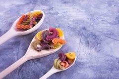 Łyżki z barwionym makaronem Fotografia Royalty Free