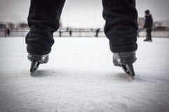 Łyżwiarek nogi przy łyżwiarskim lodowiskiem Łyżwy czerni kolor Nogi w czarnych spodniach w jazda na łyżwach Amator bawi się hobby zdjęcie royalty free