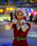 Łyżwiarka ubiera w górę Santa Claus jako zdjęcia royalty free