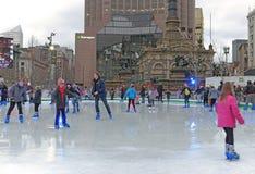 Łyżwiarki biorą sezonowy lodowy lodowisko na placu w w centrum Cleveland, Ohio, usa obrazy royalty free