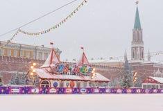 Łyżwiarski lodowisko na placu czerwonym w opadzie śniegu w Moskwa Rosja obraz royalty free
