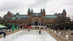 Łyżwiarski lodowisko z rijksmuseum w tle w Amsterdam Holland zdjęcie royalty free