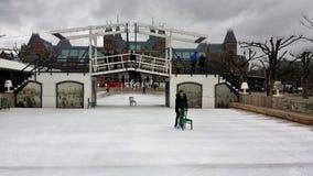 Łyżwiarski lodowisko z rijksmuseum w tle w Amsterdam Holland zdjęcie stock