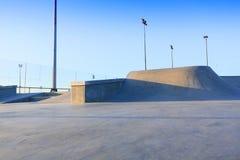 Łyżwowe parkowe rodzajowe betonowe rampy outside z niebieskim niebem Fotografia Royalty Free