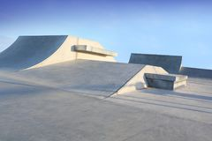 Łyżwowe parkowe rodzajowe betonowe rampy outside z niebieskim niebem Zdjęcie Royalty Free