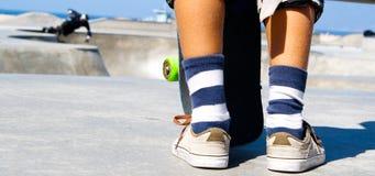 Łyżwowy parkowy dzieciak z deskorolka zdjęcia stock