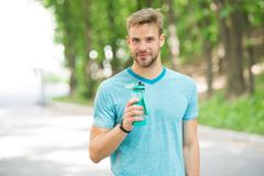 Łyczek świeżość po wielkiego treningu Mężczyzna z sportową pojawienie chwytów butelką z wodą Atleta napoju woda póżniej zdjęcia stock