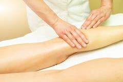 Łydkowy estetyczny masaż w esthetic studiu obrazy royalty free