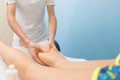 Łydkowy masaż fachowym physiotherapist obrazy royalty free