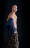 Łysa młody człowiek pozycja, bierze daleko bluzę sportowa Obrazy Royalty Free