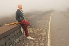 Łysy mężczyzna bawić się na złocistym altowym saksofonie na poboczu, znowu obraz stock