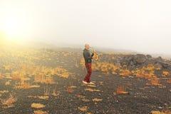 Łysy mężczyzna bawić się na złocistym altowym saksofonie w naturze, przeciw obraz royalty free