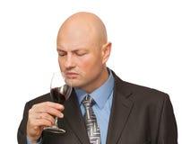łysy mężczyzna kostiumu smaków wino obraz stock