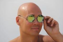 Łysy mężczyzna w lustrzanych okularach przeciwsłonecznych Piękny garbnikujący mężczyzna na wakacje, ono uśmiecha się Portret mężc obrazy royalty free