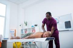 Łysy sportowiec cieszy się masaż po ciężkiego szkolenia obraz stock
