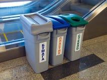 Łzawicy dla oddzielnej kolekci śmieci w pokoju Zdjęcie Stock