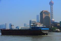 ¼ ŒShip del landmarkï de Shangai en el río Huangpu Fotos de archivo libres de regalías