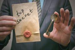 Ściśle tajny wiadomości pojęcie Super ważna informacja Poufny dossier Decryption klucz Zdjęcia Royalty Free
