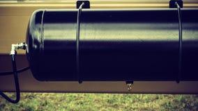 Ściśnięty powietrze w dużej czerni ciężarówki baryłce obraz stock