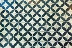 Ścian płytki z powtórkowym czarny i biały kurenda wzorem obrazy stock