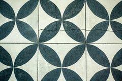 Ścian płytki z powtórkowym czarny i biały kurenda wzorem zdjęcie royalty free